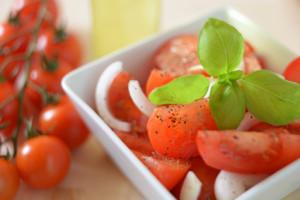 Schälchen mit geschnittenen Tomaten und Zwiebeln